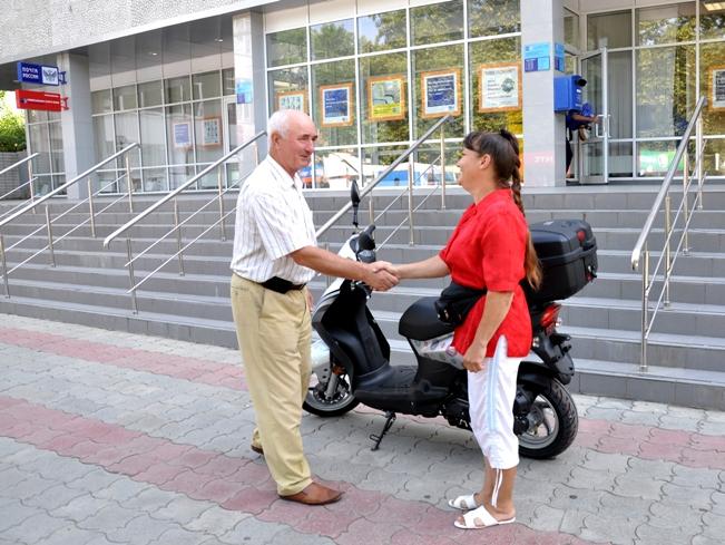 17 июля перед зданием Белореченского почтамта Елене Кораблиной торжественно вручили скутер