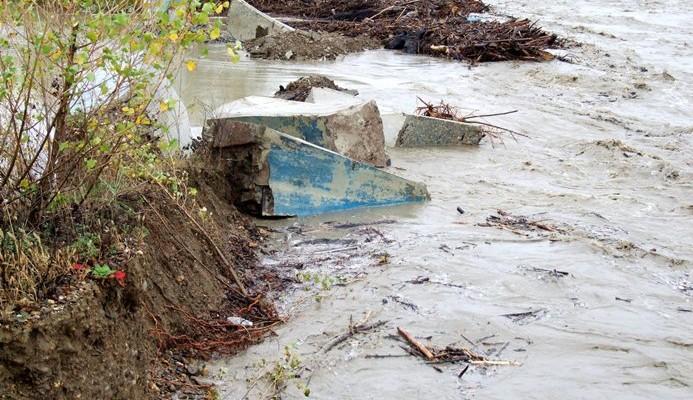 В Великовечном вода может пойти на село - дамбу размывает все больше!
