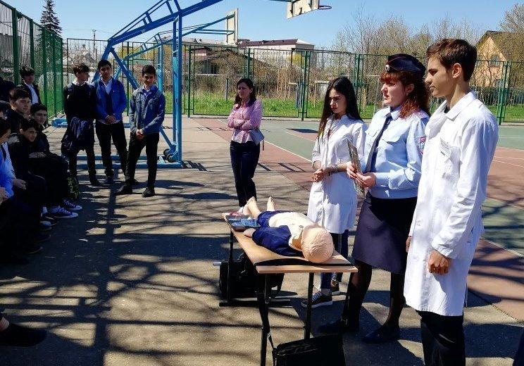 Студенты-медики и сотрудники ГИБДД  показали школьникам как оказывать помощь пострадавшим в ДТП