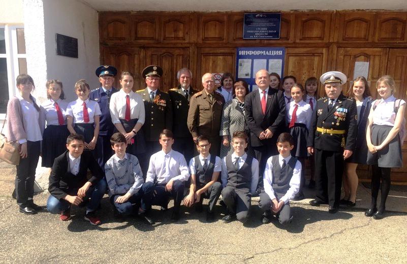 В День Космонавтики активисты Белореченского райкома КПРФ и районного Совета ветеранов побывали в школе № 8