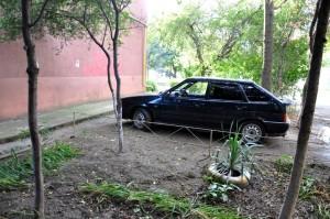парковка во дворе на клумбе