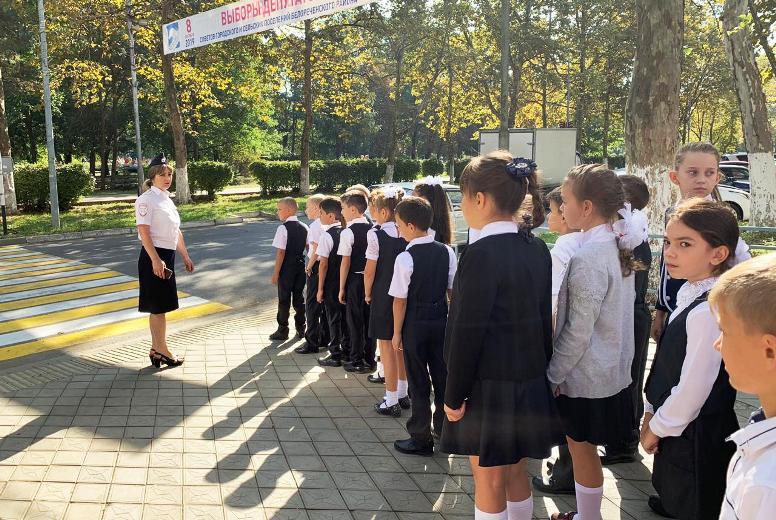 Сотрудники Госавтоинспекции проводят блиц-уроки со школьниками на пешеходных переходах