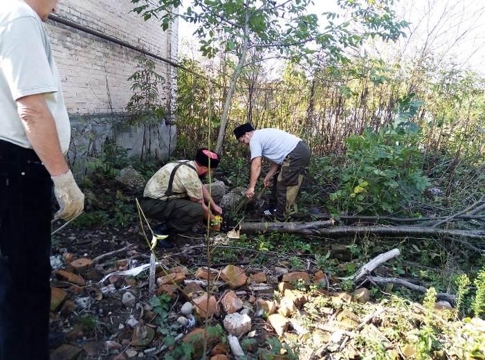 Казаки Белореченского РКО вышли на субботник к реконструируемому храму