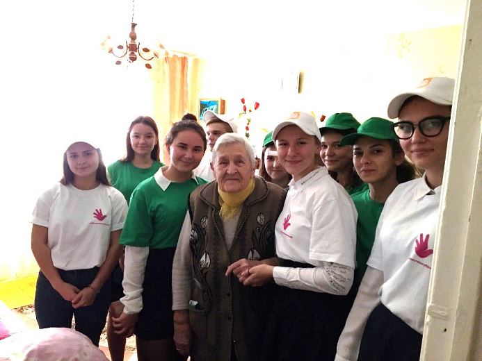 Волонтеры поздравили пенсионеров