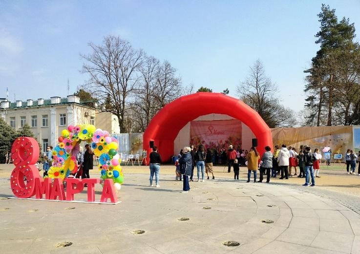 Творческие коллективы поздравили жительниц Белореченска