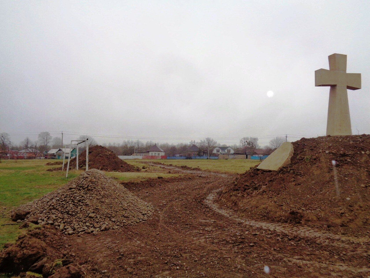 Силами казаков благоустройство территории вокруг памятника продолжается