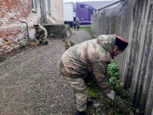 Белореченские казаки наводят порядок у храма