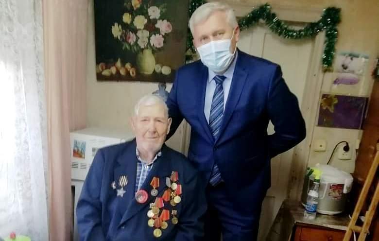 Глава района вручил ветерану Войны сотовый телефон с бесплатной связью