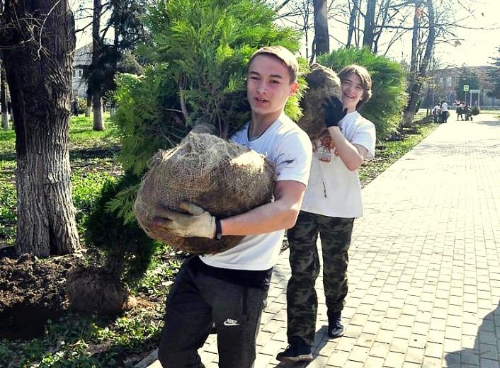 молодые специалисты и волонтёры ООО «ЕвроХим-БМУ» заложили в городском парке Победы аллею в честь 20-летия ЕвроХима.