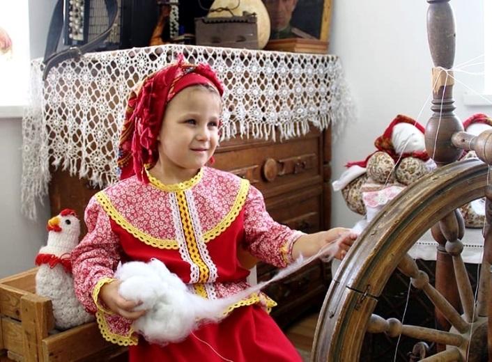 Белореченские казачата научились делать пряжу и играть на баяне