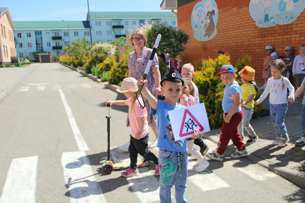 Сотрудники Госавтоинспекции и казачества проводят занятия по ПДД для воспитанников детских садов