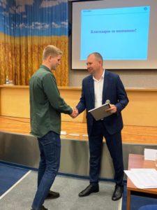 В.Паршаков вручает диплом за 1 место - А.Сиденко