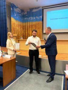 В.Паршаков вручает диплом на 3 место - Е. Гончарову