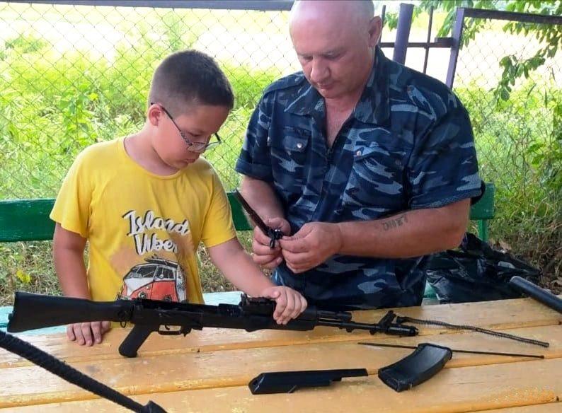 Казаки провели занятия для казачьей молодежи по ознакомлению с различными видами оружия
